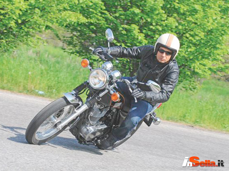 Insella.it tested YAMAHA SR 400 wearing Caberg Freeride