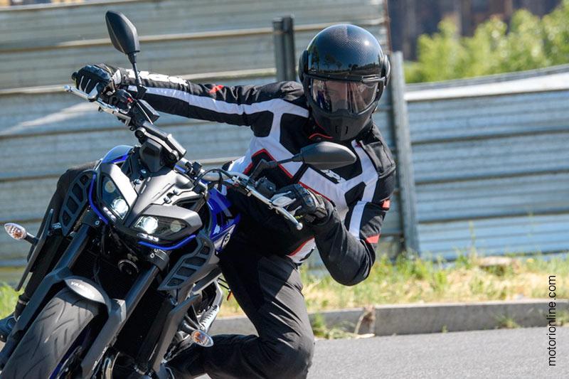 Il Caberg Ghost Carbon nel test di motorionline.com sulla Yamaha MT-09 MY 2017
