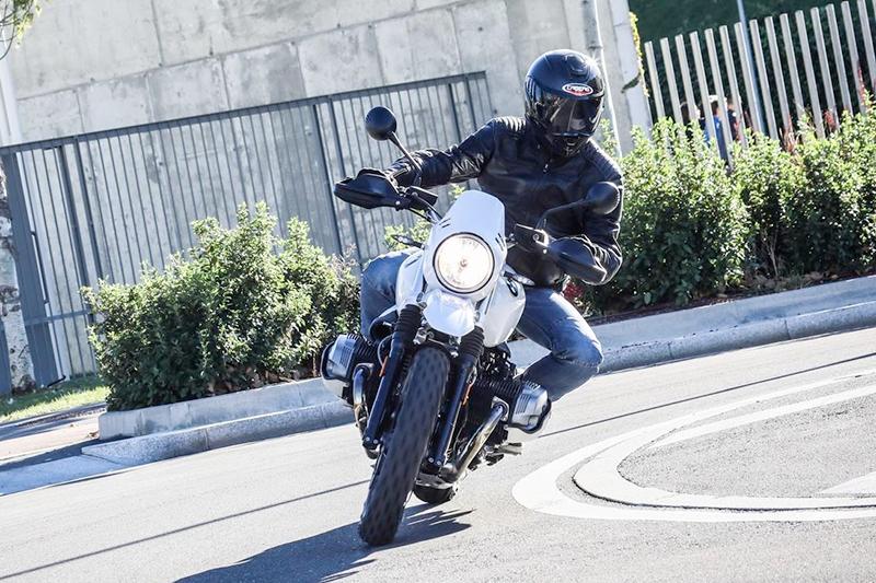 motorbox.com ha utilizzato Caberg Drift Carbon per la prova moto della BMW R nineT Urban G/S!