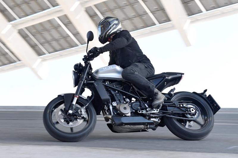 Per testare la nuova Vitpilen 701, Moto.it ha scelto il casco Caberg Ego Quartz!