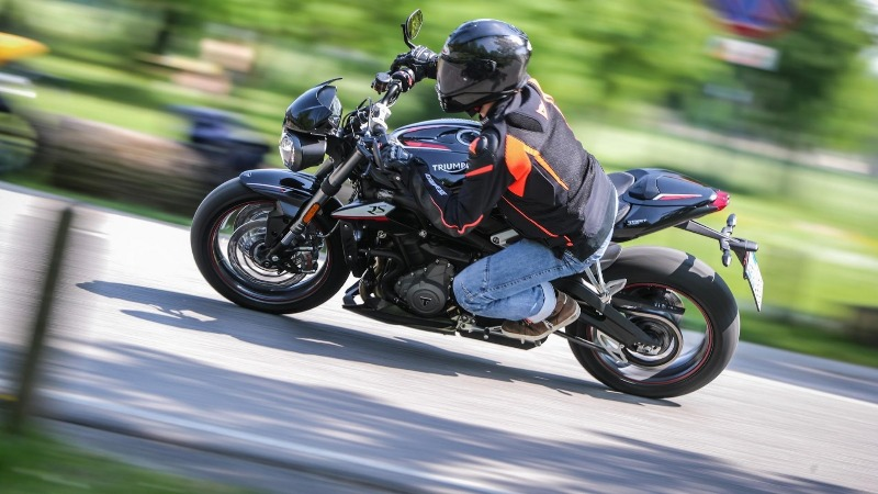Caberg Drift Carbon utilizzato da Motorbox per la prova moto della Triumph Street Triple RS 765